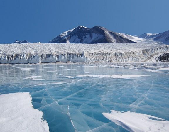 Imagen de un lago formado en la Antártida