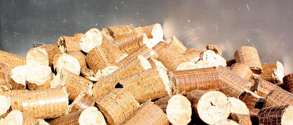 Las briquetas de madera con carbón vegetal como biocombustible.