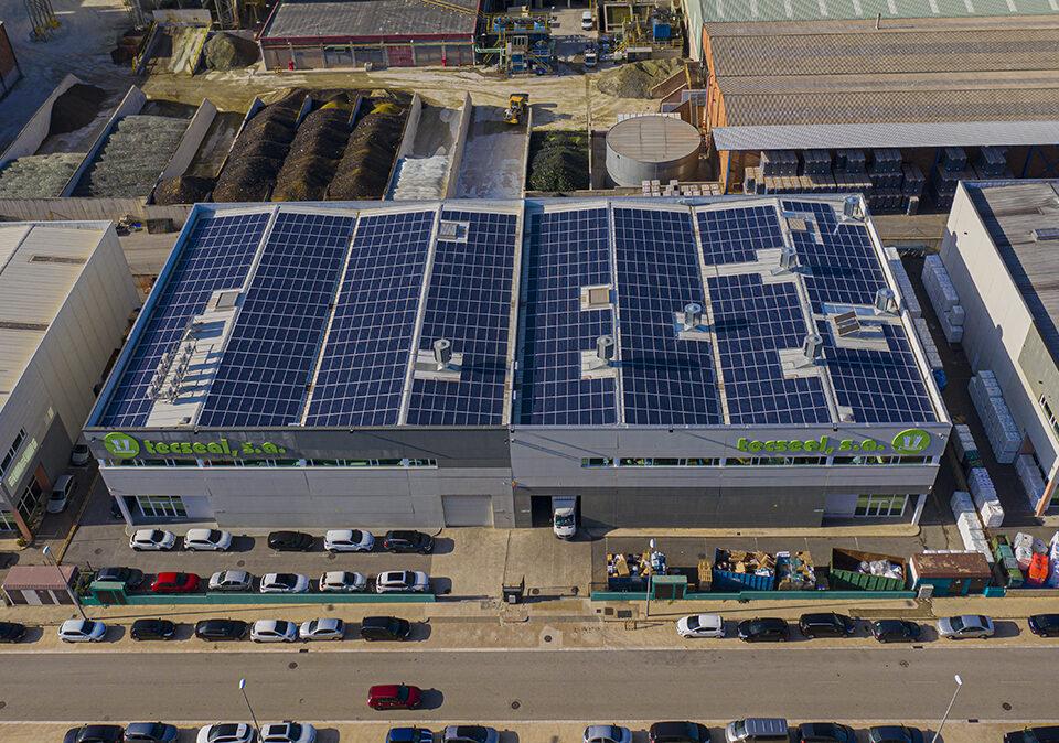 Instalación solar fotovoltaica de autoconsumo en la empresa de burletes Tecseal, en Castellar del Vallés, Barcelona