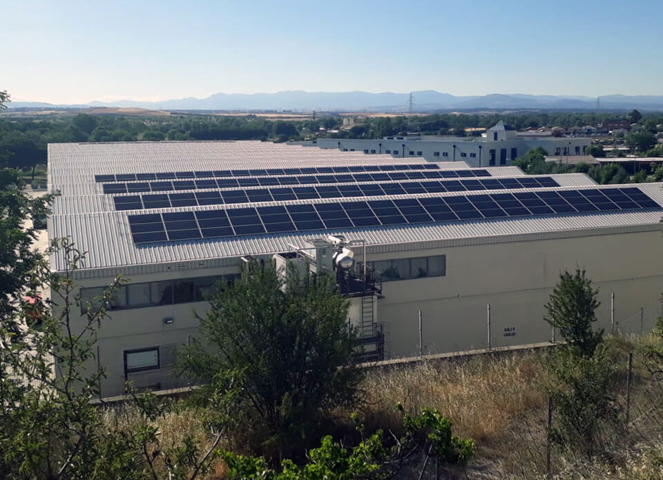 Instalación solar fotovoltaica de autoconsumo en la empresa Distribuciones Izquierdo, ubicada en Paracuellos de Jarama, Madrid