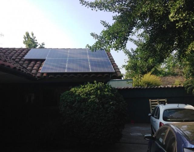 Paneles solares sobre tejado en casa particular. Lo Barnechea (Chile)