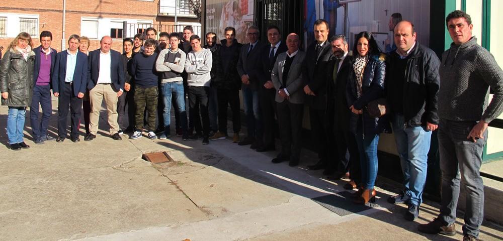 Ramón Martínez junto a los alumnos del Ciclo de Energías Renovables en Nájera.